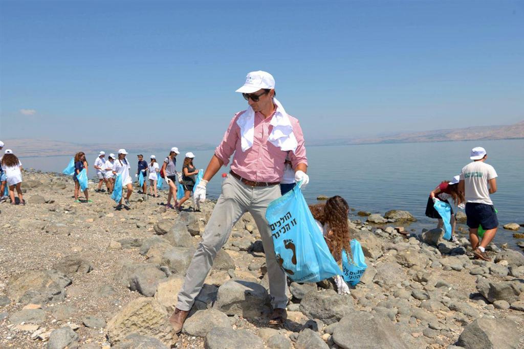 Embajador de Australia en Israel colabora con la limpieza del mar de Galilea en el marco del Día Internacional