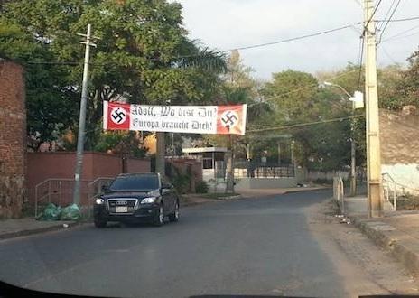 Apareció una bandera neonazi en una manifestación en Paraguay