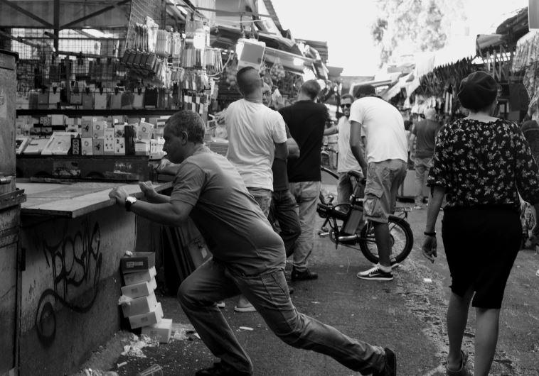 Un hombre con un cuchillo causó pánico en el mercado Hacarmel de Tel Aviv