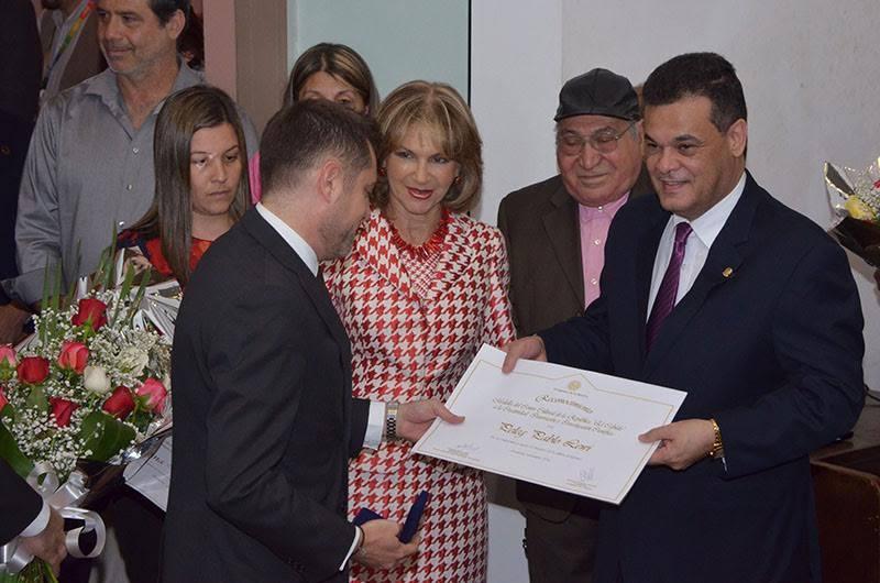Peleg Lewi recibiendo Medalla Cabildo