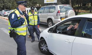 policia_habla_mujer_auto