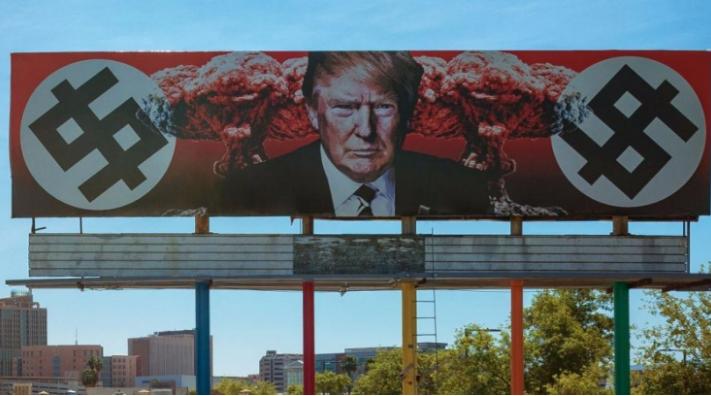 Una cartelera de Arizona representa a Trump con símbolos formados con esvásticas