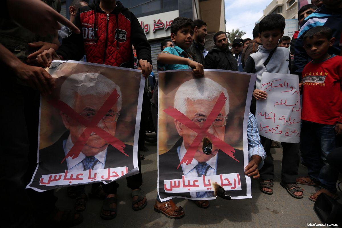 2017_4_17-Hamas-supporters-hold-crossed-posters-depicting-Palestinian-President-Mahmoud-Abbas140417_ASH_00-12
