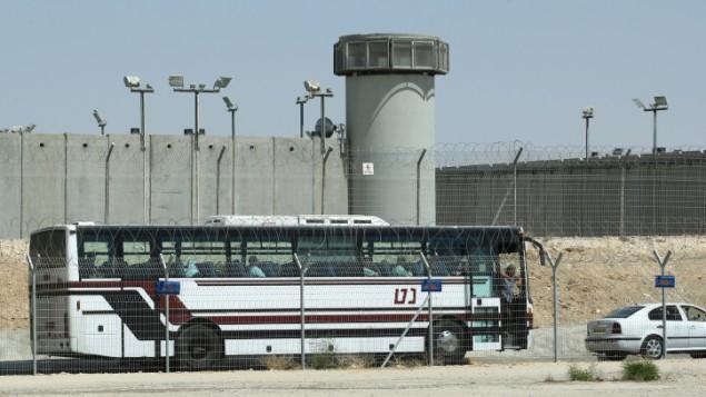 Cientos de prisioneros palestinos en Israel lanzaron una huelga de hambre