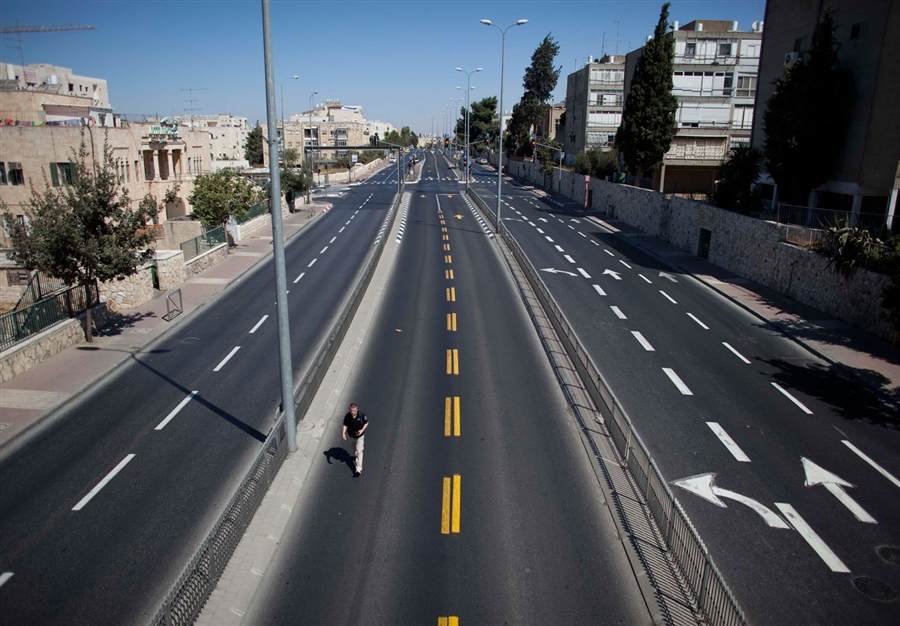 an-empty-street-in-Jerusalem-during-Yom-Kippur