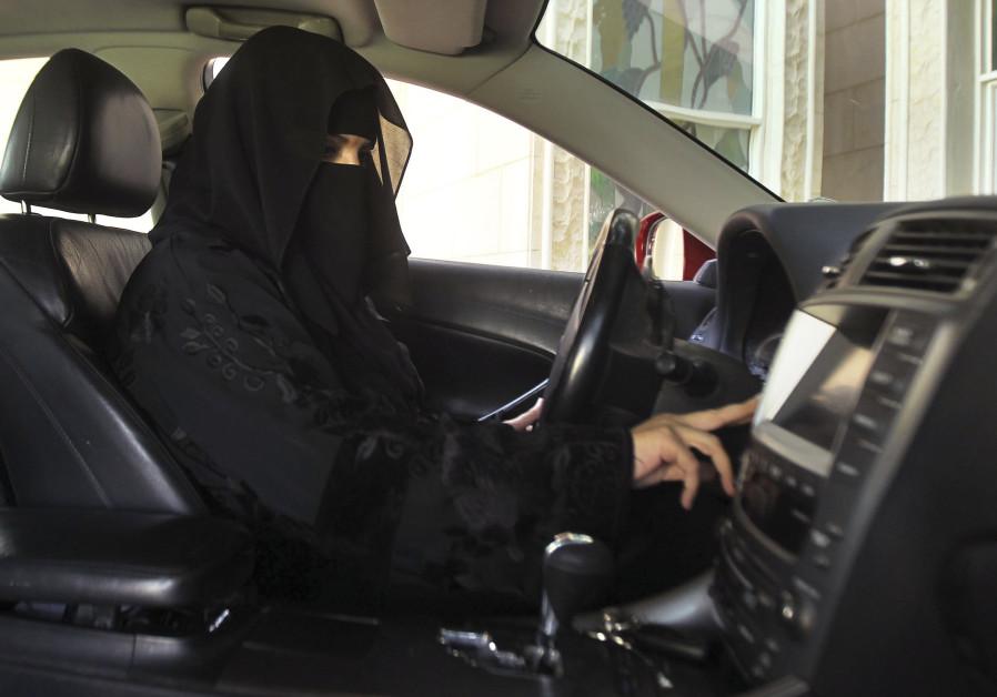mujer árabe manejando