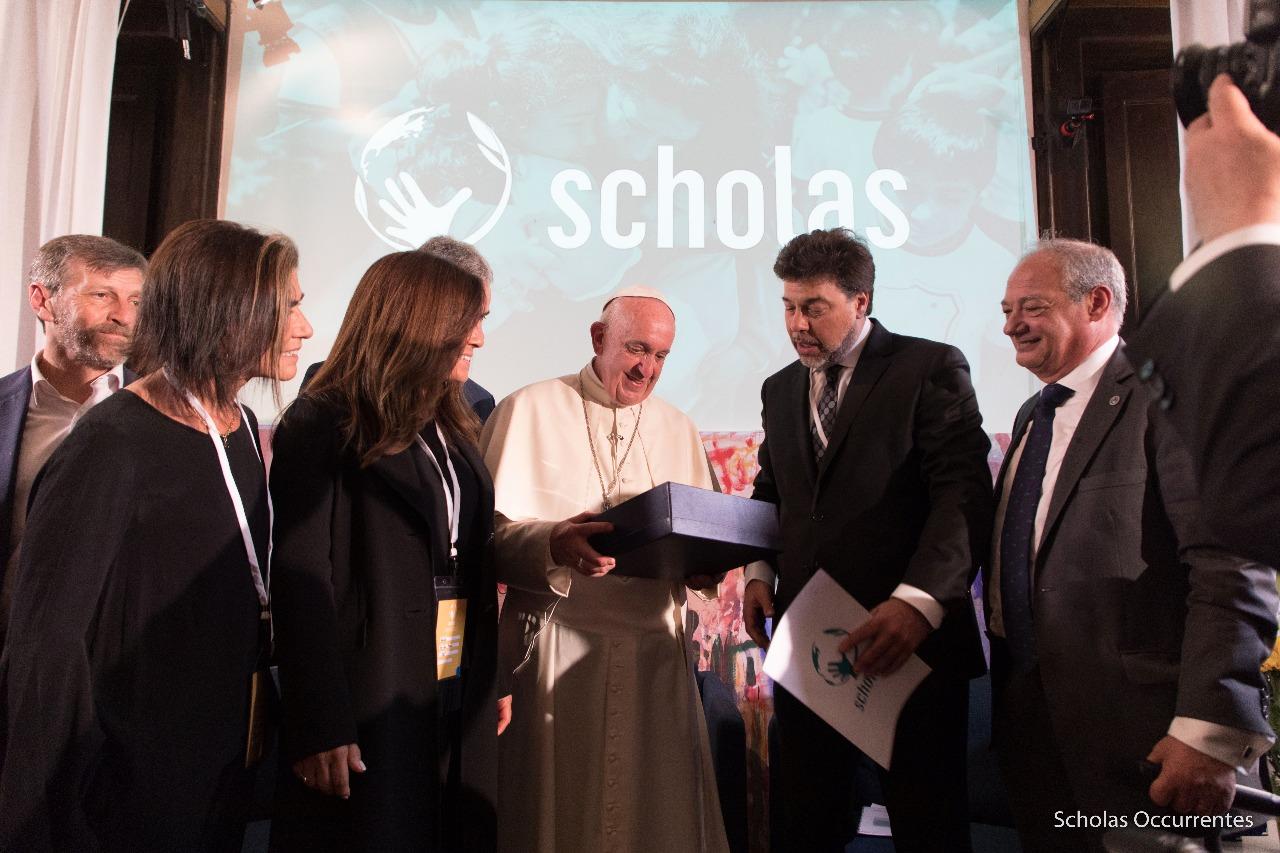 El Papa Francisco, Dario Werthein, presidente del Directorio de ORT Mundial y José María Del Corral, presidente y director mundial de Scholas, luego de firmar el acuerdo entre ambas instituciones en el Vaticano.