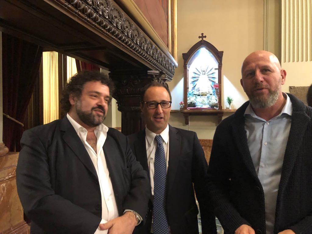 De izquierda a derecha: Claudio Epelman del CJL; Diego Marías, legislador de la Ciudad de Buenos Aires;  y el diputado Waldo Wolff.