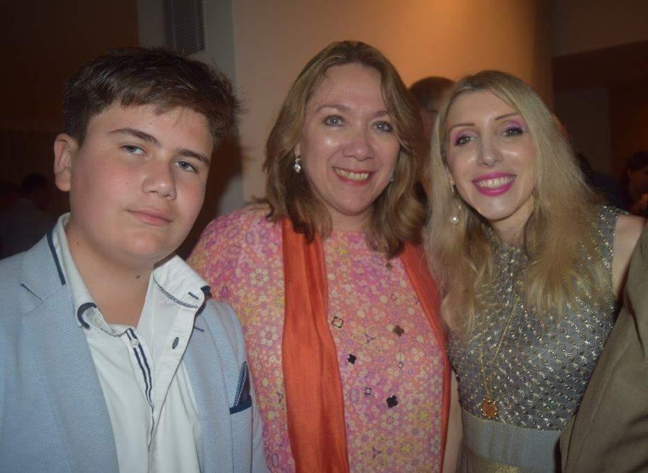La embajadora de Guatemala en Israel, Sara Solís Castañeda (Centro) y su hijo, estuvieron presentes en la recepción de la embajada Argentina junto a la embajadora de Chipre en Israel, Thessalia-Salina Shambos (Izquierda)