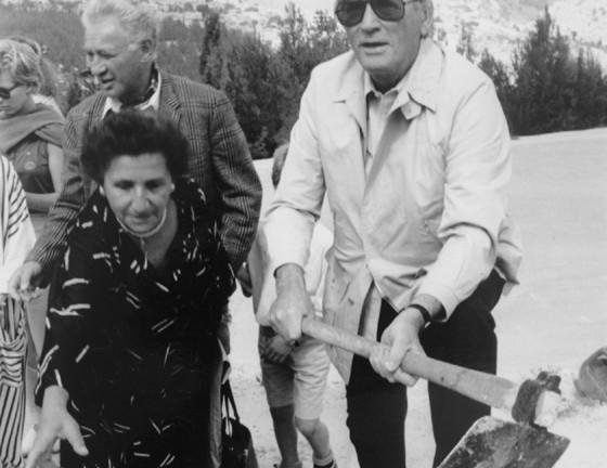 Gregory Peck, otro famoso, planta un árbol en el bosque Hashalom (Paz) en 1988. Cortesía Archivo del Fondo Nacional Judío.