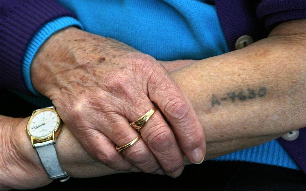 holocausto manos tatuaje