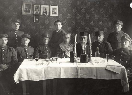 Soldados judíos en un Séder de Pésaj antes de la guerra en Utena, Lituania Yad Vashem Archives 183AO2
