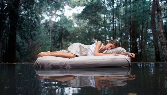 Mujer duerme agua