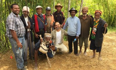 Golan-Levi-of-MyHeritage-with-native-peoples-in-Konom-the-highlands-of-Papua-New-Guinea.-Photo-Tamar-Friedland1