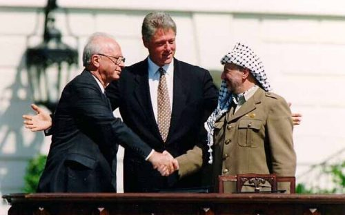Bill_Clinton_Yitzhak_Rabin_Yasser_Arafat_at_the_White_House_1993-09-13-640×400
