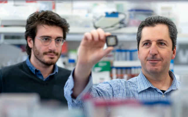 Prof.-Yaakov-Nahmias-and-Aaron-Cohen-with-organ-on-chip–640×400