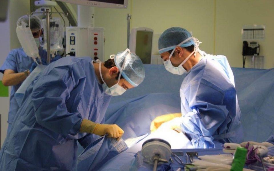 Dr.-Abed-Khalaileh-performing-transplant-1024×640