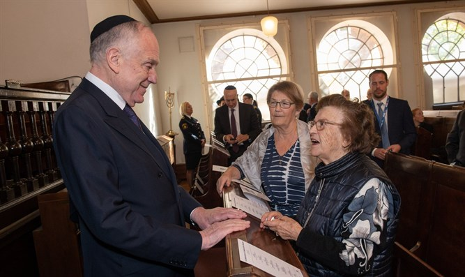 Ronald Lauder en la Sinagoga de Malmo