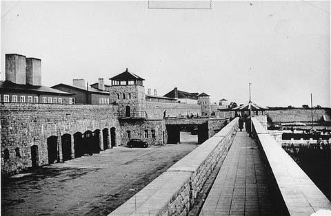 Hoy en la historia judía. Un cura católico reporta las atrocidades del campo de concentración Mathausen