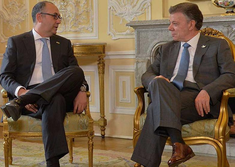 El Presidente Juan Manuel Santos dialoga con el embajador de Isr