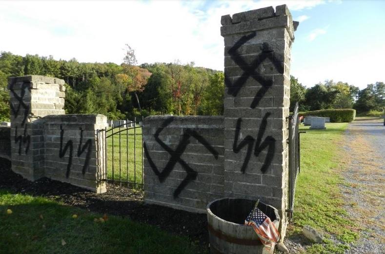 Pintaron grandes cruces esvásticas en un cementerio judío de Estados Unidos