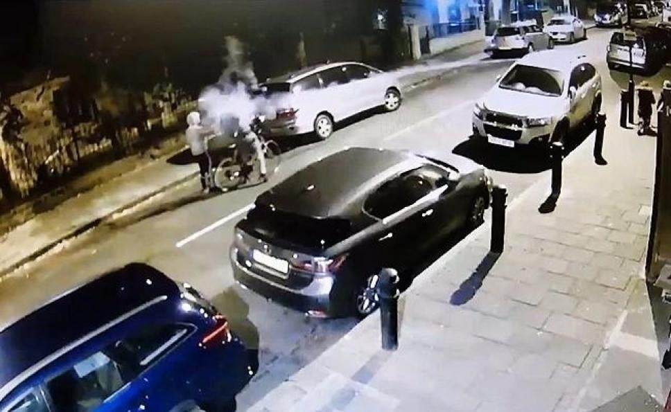 Video. Jóvenes golpean con un fuego artificial encendido a niños judíos en Londres