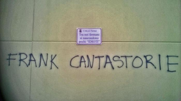 Cartello di condanna del Comune contro scritta ingiuriosa 'Frank cantastorie'
