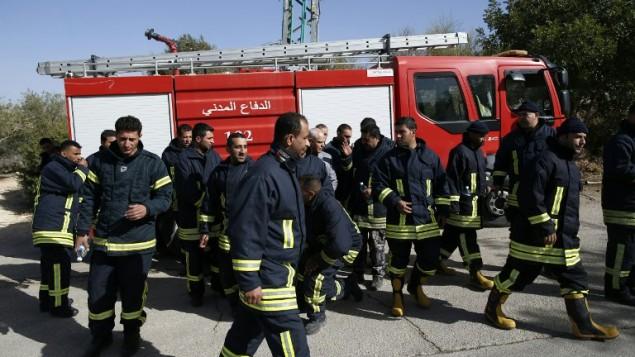Bomberos palestinos vuelven a casa después de luchar contra incendios en Israel