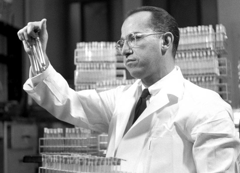 Hoy en la historia judía / Un virólogo judío presenta la vacuna contra la poliomielitis