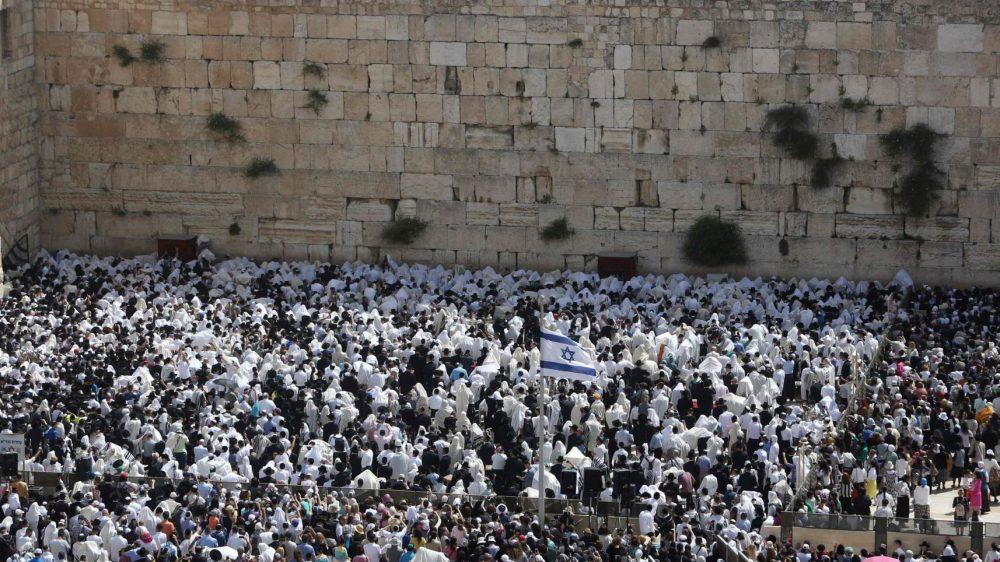 Miles de personas asisten a la ceremonia de bendición en el Muro de los Lamentos